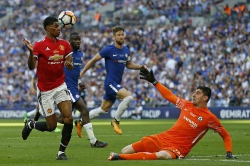 Le gardien belge de Chelsea Thibaut Courtois a écoeuré l'attaque de Manchester United, s'imposant ici devant Marcus Rashford, à Wembley, le 19 mai 2018 © Ian KINGTON AFP