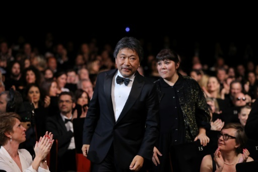 """La Palme d'or du Festival de Cannes remise à """"Une affaire de famille"""" du réalisateur japonais Hirokazu Kore-Eda (C), le 19 mai 2018   © Valery HACHE AFP"""