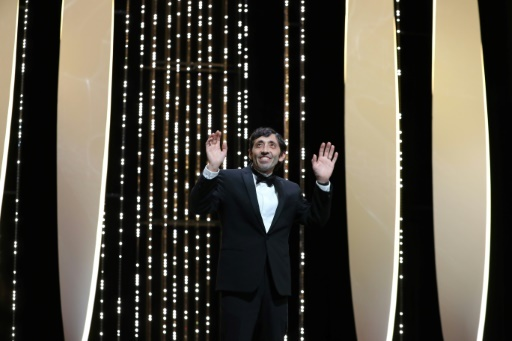 L'acteur italien Marcello Fonte (D) reçoit le prix d'interprétation masculine, le 19 mai 2018 à Cannes  © Valery HACHE AFP