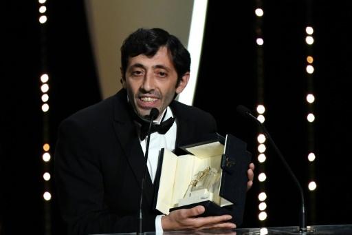 L'acteur italien Marcello Fonte (D) reçoit le prix d'interprétation masculine, le 19 mai 2018 à Cannes  © Alberto PIZZOLI AFP
