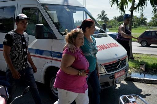 Des proches des victimes du crash près de l'Institut médico-légal de La Havane, le 19 mai 2018 © Yamil LAGE AFP