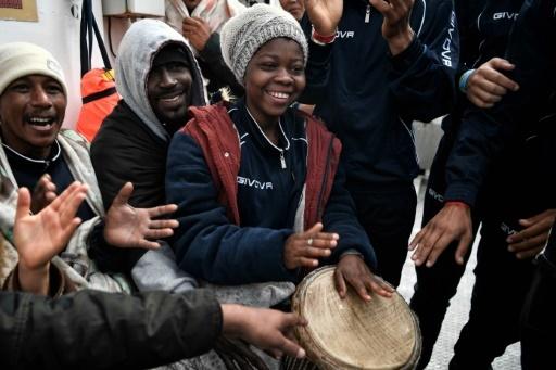 Des migrants jouent de la musique à bord du navire humanitaire  MV Aquarius affrété par SOS-Méditerranée et Médecins sans frontières (MSF), en mer Méditerranée entre la Libye et l'Italie le 9 mai 2018 © LOUISA GOULIAMAKI AFP/Archives