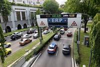 Circulation automobile à Singapour. La cité-État est considérée comme l'une des plus avancées au monde pour l'aide à la circulation urbaine.  ©ROSLAN RAHMAN