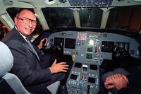 Serge Dassault, PDG des «Avions Dassault», pose aux commandes du Falcon 2000 N01, en 1993.  ©OLIVIER MORIN