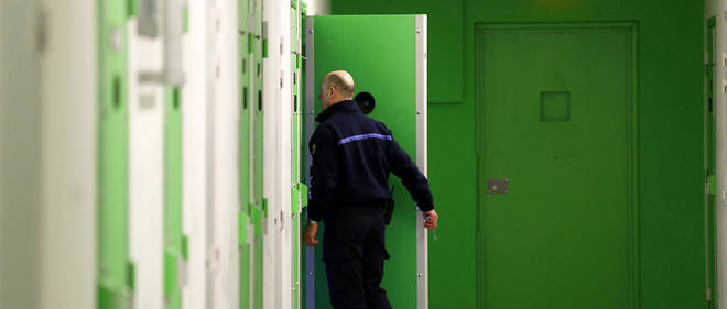 Un surveillant penitentiaire ouvre la porte d'une cellule du quartier de prise en charge des personnes radicalisées (QPR) de la prison de Lille-Annœullin.