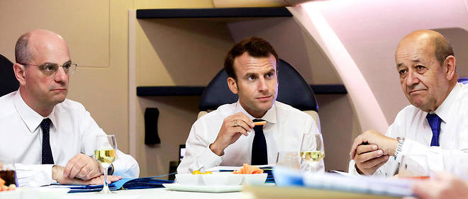 Emmanuel Macron entouré de Jean-Michel Blanquer et Jean-Yves Le Drian dans l'avion qui les a conduits en Nouvelle-Calédonie, le 3mai.Macron a donc dû financer ses voyages en piochant dans ce qu'il subsistait de la cagnotte de l'Élysée.