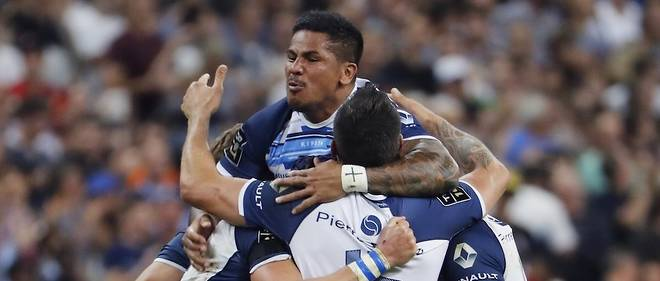 Castres' players celebrate after winning the French Top 14 final rugby union match between Montpellier and Castres at the Stade de France in Saint-Denis, north of Paris, on June 2, 2018. / AFP PHOTO / Francois GUILLOT