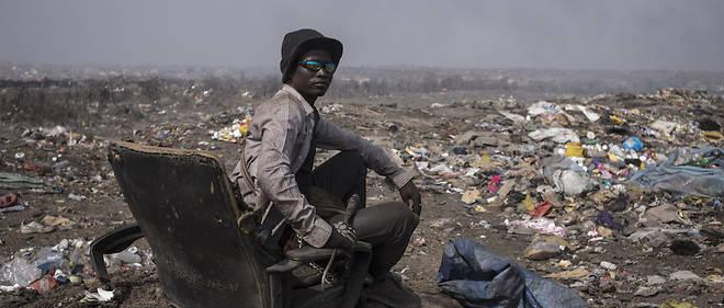Alioune est un «Boudiouman», un récupérateur de la décharge de Mbeubeuss, dans la banlieue de Dakar, qui s'étend sur 160 hectares. Il trie le métal et le plastique qu'il revend au poids. Comme lui, plus de 3200 travailleurs informels côtoient les 1 600 employés de l'État qui contrôlent les 500 camions-bennes qui entrent et sortent de cette décharge.