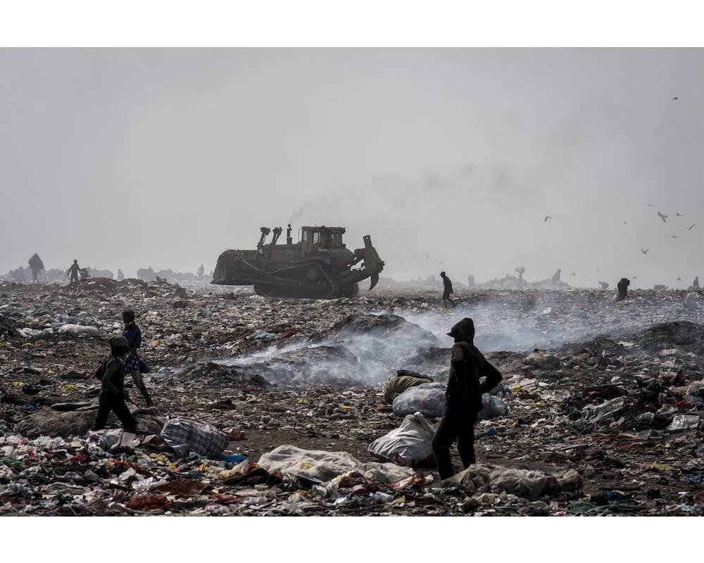Une vue de la décharge de Mbeubeuss et des personnes qui y travaillent.  ©  Sylvain Cherkaoui/Cosmos