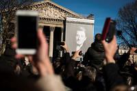 Des milliers de fans de Johnny Hallyday se sont réunis sur les Champs-Élysées, la place de la Concorde et la place de la Madeleine à Paris, le samedi 9 décembre 2017, pour rendre un dernier hommage au chanteur, décédé quelques jours plus tôt.