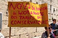Les parents d'élèves manifestent devant la mairie contre la hausse des frais de scolarité.