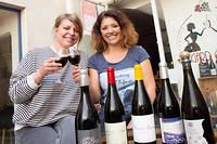 Marie et Rosanna Oudet, les belles-sœurs qui tiennent Gard Ô Vin, font la part belle et joyeuse à tous les Suds.  ©Ian HANNING/REA