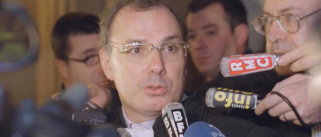 Gérard Boulanger, avocat des parties civiles lors du procès Papon, répond aux questions des journalistes, le 21 octobre 1999.