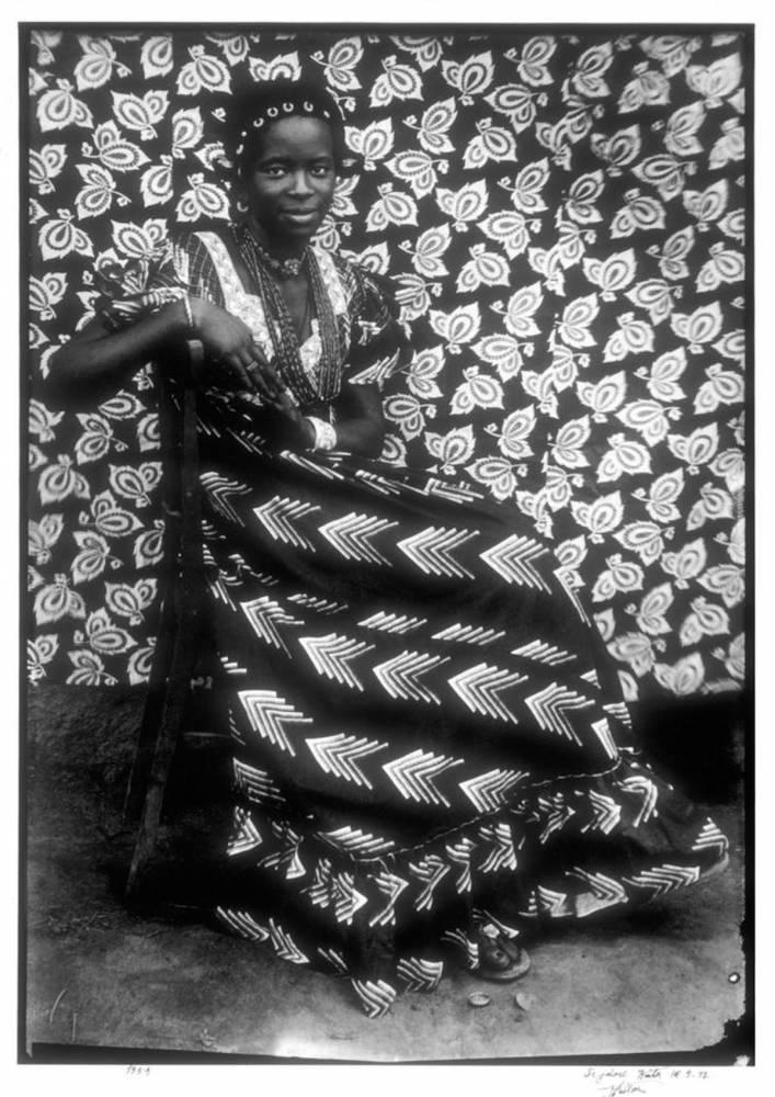Sans titre (Femme assise en robe à chevrons), Seydou Keïta, 1956. ©  MET