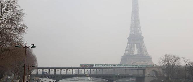 La tour Eiffel voilée par un nuage de pollution à Paris en mars 2016.