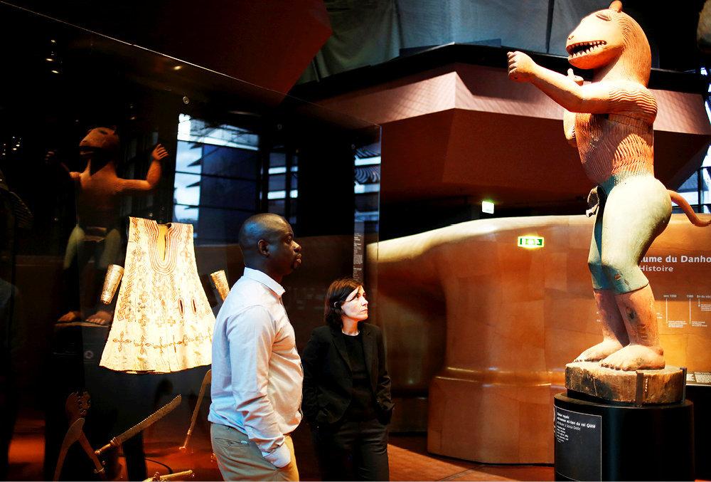 Face-à-face. L'intellectuel sénégalais Felwine Sarr et l'historienne de l'art Bénédicte Savoy, chargés de mission sur les restitutions d'œuvres d'art à l'Afrique, le 26avril au musée du Quai-Branly, à Paris. Devant eux, la statue mi-homme mi-lion du roi Glèlè (Bénin).