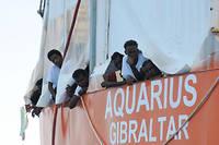 Des migrants en provenance d'Afrique, à bord du navire l