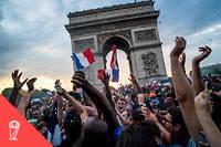Les Français se sont rassemblés en masse devant l'Arc de Triomphe.  ©AFP