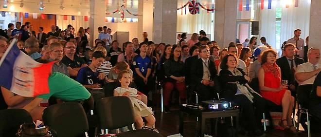 Environ 150 personnes ont assisté à la rencontre France-Pérou depuis l'ambassade de France en Russie, située à Moscou.