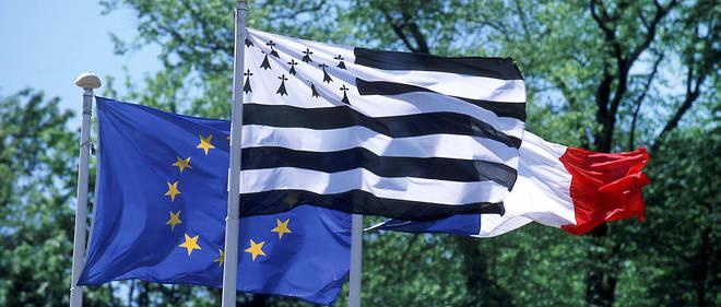 Le drapeau breton entre le drapeau européen et le drapeau français (illustration).