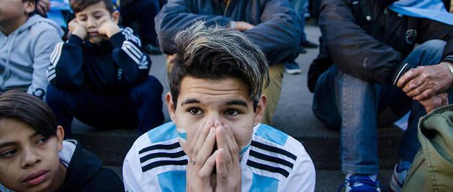 À Buenos Aires, des supporteurs argentins effondrés après le match contre la Croatie perdu 3 à 0.