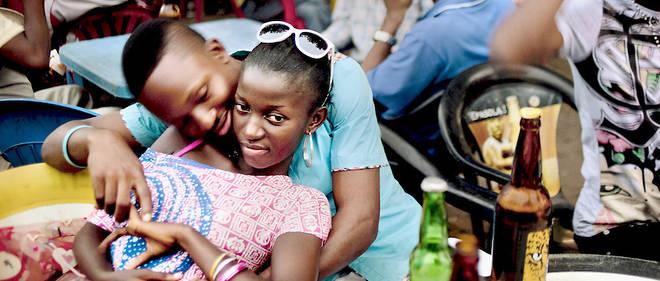 Des jeunes de la classe moyenne sur la terrasse d'un bar de Kinshasa.