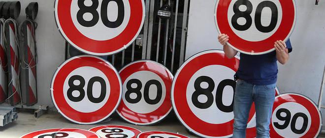 Changer les panneaux de limitation de vitesse va coûter entre 6 et 12 millions d'euros, la fourchette large en raison des difficultés d'installation variables, selon la Sécurité routière.