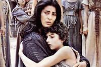 Irène Papas incarne Clytemnestre, femme d'Agamemnon et demi-soeur d'Hélène, et Tatiana Papamóschou interprète sa fille Iphigénie, dans le film  Iphigénie  de Michael Cacoyannis (1977).