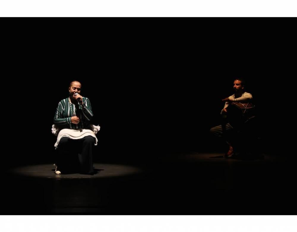 Lamboubet de Rochdi Belgasmi, avec la danseuse Saida El Khadra et le percussionniste Naim Ben Abdallah au Théâtre El Hamra. ©  Mahdi Azouzi
