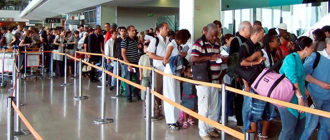 Cet été, 54 jours s'affichent en rouge. À Roissy-CDG, plus de 210000 passagers quotidiens sont prévus.