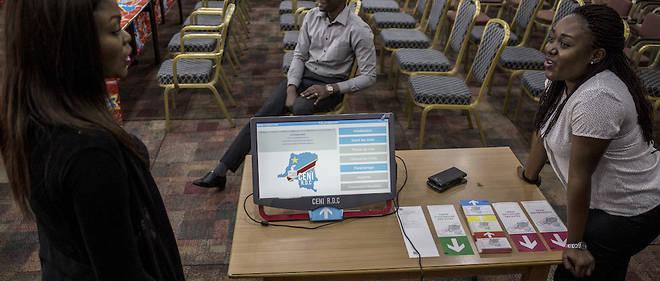 La commission électorale présente la machine à voter comme une imprimante des bulletins dans le bureau de vote le jour des scrutins.