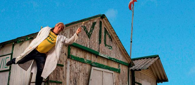Jean-Luc Van Godtsenhoven, dernier descendant d'une lignée de plagistes, termine les travaux de rénovation des chalets avant l'arrivée des vacanciers.  ©Romain GAILLARD/REA