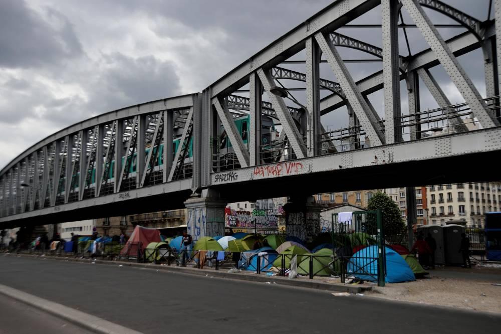 Les camps de réfugiés place de la Chapelle © ERIC FEFERBERG AFP