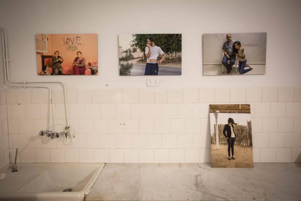Équilibre instable, série de photographies de Kamel Moussa à Dar Baccouche.  ©  Wassim Griman