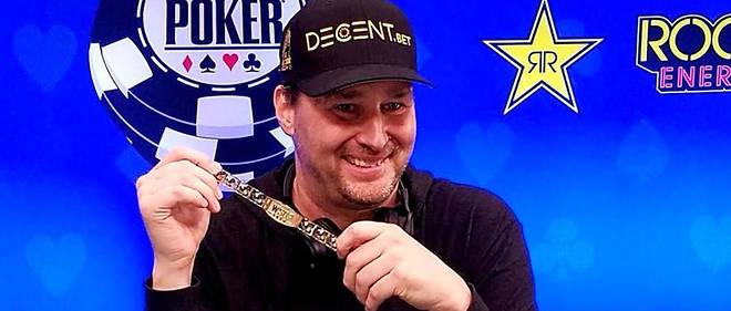 La main gagnante de Phil Hellmuth. Célèbre – et controversé – en raison de son caractère éruptif, il remporte son quinzième bracelet, battant son propre record.