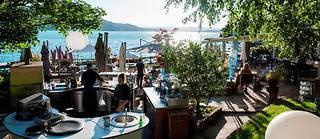 Ambiance conviviale à la table de Yoann côté jardin, le bistrot de La Maison bleue.  ©Laurent COUSIN/HAYTHAM-REA