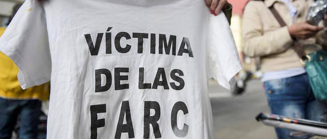 Une femme brandit un tee-shirt «victime des Farc» dans les rues de Bogotá le 13 juillet 2018.