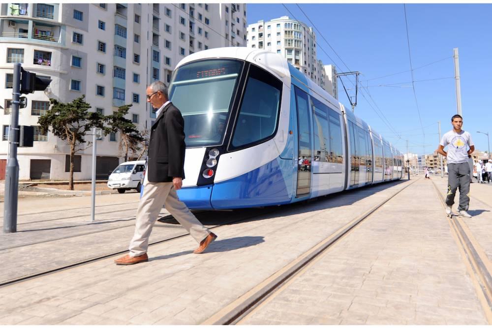 Le long des voies du tramway d'Alger, qui a ouvert ses portes le 8 mai 2011, sur l'une des parties les plus densément peuplées de la ville entre Bordj El Kiffan et Bab Ezzouar. ©  AFP/Farouk Batiche