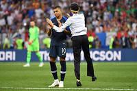Une membre des Pussy Riot avec Kylian Mbappé lors de la finale de la Coupe du monde de football.