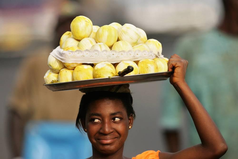 Une vendeuse de fruits dans le centre d'Accra.  © ABDELHAK SENNA ABDELHAK SENNA / AFP
