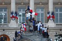 Exaspérés par l'attente et déçus, des supporters ont laissé éclater leur colère avant d'être dispersés par la police.
