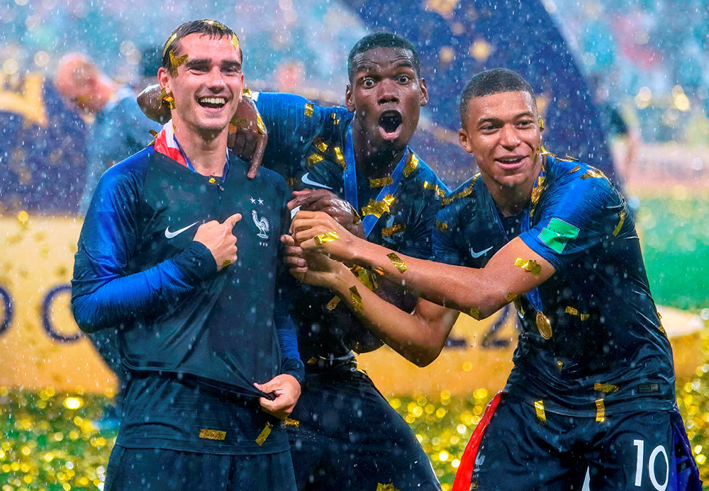 Jour de gloire. Antoine Griezmann, Paul Pogba et Kylian Mbappé après la victoire de la France contre la Croatie par 4buts à 2, enfinale dela Coupe du monde de football, à Moscou, le 15juillet.