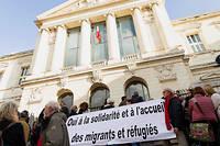 Manifestation devant le palais de justice de Nice en soutien à Cédric Herrou, agriculteur dans la vallée de la Roya, accusé d'avoir soutenu illégalement et facilité le séjour irrégulier de migrants, poursuivi pour avoir porté secours à des migrants.  ©Albane NOOR/REA