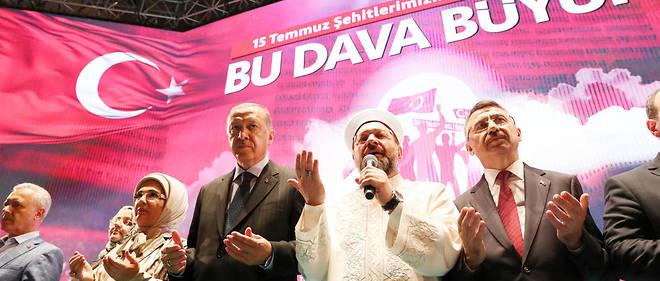 Recep Tayyip Erdogan, sa femme Emine Erdogan et le président des affaires religieuses en Turquie, Ali Erbas.