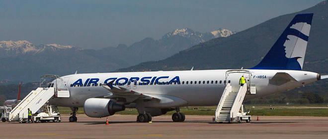 Un A320 de la compagnie Air Corsica à l'aéroport Napoléon-Bonaparte d'Ajaccio. Desvols en partance d'Orly, de Marseille ou de Nice sont subventionnés au titre de la continuité territoriale.