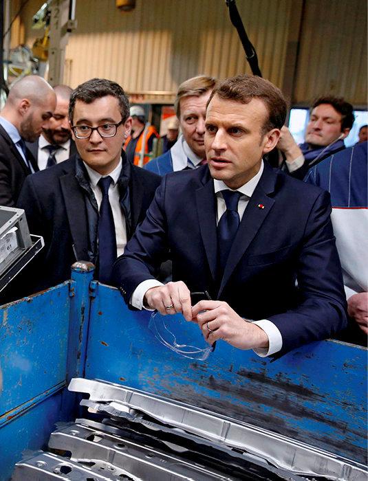 Réalités. Emmanuel Macron, avec Gérald Darmanin, ministre de l'Action et des Comptes publics, sur le site de production de Toyota, le 22janvier, à Onnaing (Nord), où il a annoncé la création de 700emplois.