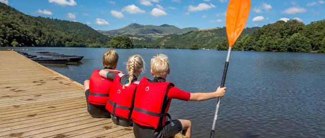 Des enfants équipés de gilets de sauvetage devant le lac de Chambon, en  Auvergne. be2f9d36ae0