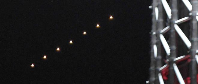 Montage montrant Mars depuis Tokyo le 13 juillet. Sept photos ont été prises à 30 secondes d'intervalle.