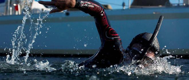 Benoît Lecomte fait la traversée Tokyo-San Francisco, soit 9 000 kilomètres, à la nage pour faire parler de la pollution des océans.