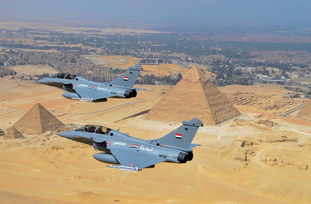 La chasse est ouverte! DesRafale de l'armée égyptienne, en 2015. L'avion est dans la ligne demire desEtats-Unis.